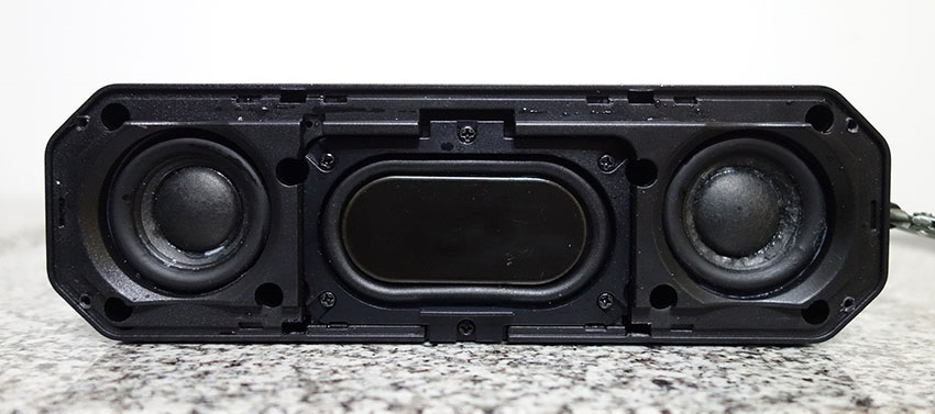 The inside speaker structure of the AlzaPower Rage R2